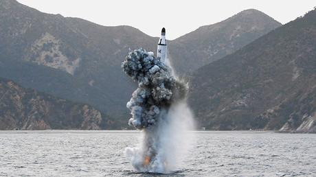 Imagen de una prueba de lanzamiento de un misil balístico submarino publicada por la Agencia Telegráfica Central de Corea el 24 de abril de 2016.