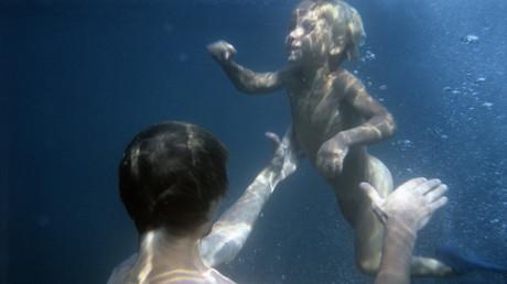 Padre e hijo bajo el agua