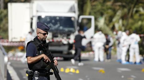 Policía francés frente al lugar donde fue asesinado Mohamed Lahouaiej Bouhlel, autor del atentado en la ciudad francesa de Niza
