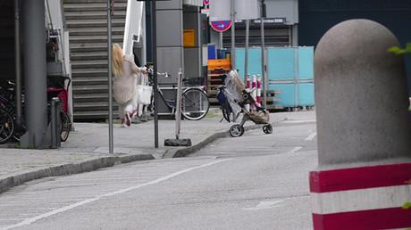 Una mujer abandona el centro comercial Olympia de Múnich