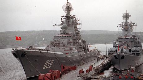El primer crucero de la clase Kirov del proyecto 1144 Orlan, Almirante Ushakov (izquierda), el 1 de julio de 1992