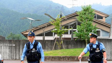 Agentes de policía frente a un centro para discapacitados, donde al menos 19 personas fueron asesinadas por un hombre armado con un cuchillo en Sagamihara, Japón.