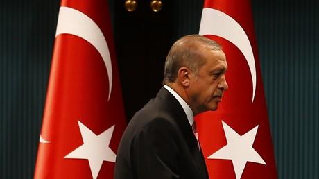 El presidente turco Recep Tayyip Erdogan después de una rueda de prensa tras reuniones del gabinete y del Consejo Nacional de Seguridad en el palacio presidencial en Ankara, Turquía, el 20 de julio de 2016.