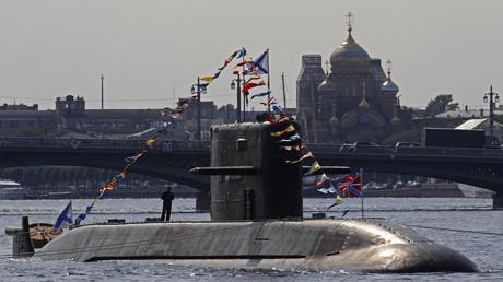 Un submarino ruso navega por el río Neva en San Petersburgo. 27 de julio de 2012.
