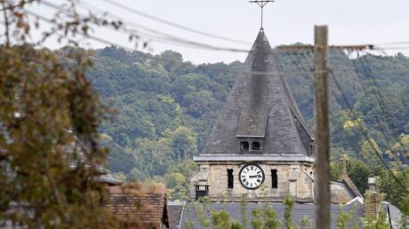 El campanario de la iglesia situada en Saint-Etienne-du-Rouvray, cerca de Ruan (Normandía, Francia), en la que los asaltantes tomaron rehenes y mataron al sacerdote, el 26 de julio de 2016.