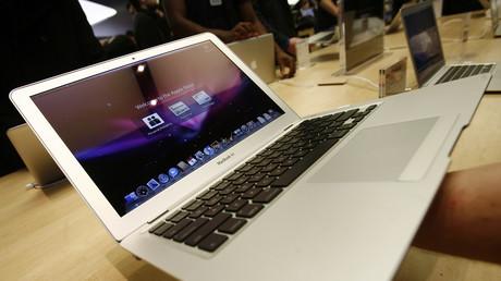 Un comprador sostiene una MacBook Air en la tienda de Apple en Nueva York. 1 de febrero de 2008.