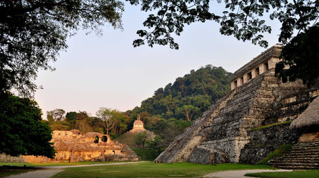 Una vista general sobre la tumba de un gobernante maya en las ruinas de la ciudad de Palenque, ubicada en las colinas del estado de Chiapas