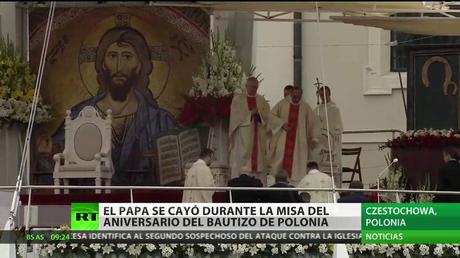 El papa Francisco tropieza y cae durante una misa en Polonia