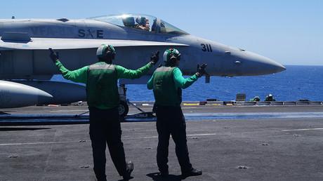 Marineros estadounidenses se preparan para el lanzamiento de un caza desde el portaaviones USS Harry S. Truman en el Mediterráneo oriental