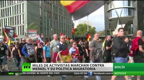 Miles de activistas marchan contra Merkel y su política migratoria