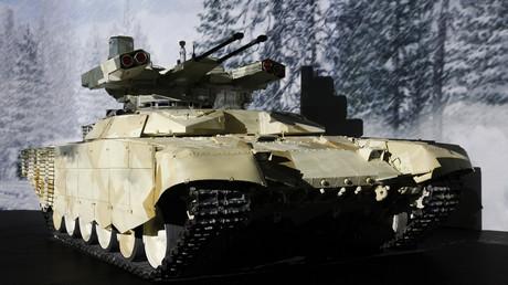 Una versión del vehículo de apoyo en el combate se exhibe durante une exposición de armas en Rusia.