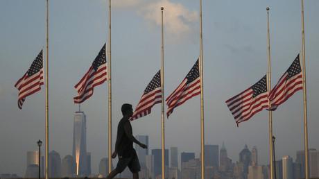 Un hombre pasa por el Liberty State Park en Jersey City (Nueva Jersey, EE.UU.) con vistas a Bajo Manhattan y el One World Trade Center de Nueva York, el 11 de septiembre de 2013.