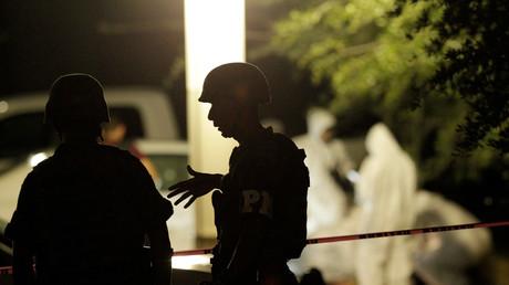 Policías en la escena del crimen donde dos agentes fueron asesinados a tiros, el municipio de San Pedro Garza García, México, el 9 de mayo de 2016