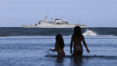 Un buque militar de brasileño patrulla cerca de la playa de barrio Ipanema en Río de Janeiro, Brasil.