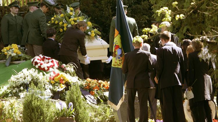 Policías alemanes cargan el féretro de su compañera Michelle Kiesewetter, asesinada en Heilbronn. 2 de mayo de 2007.