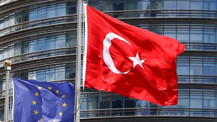Banderas de la UE y Turquía frente a un hotel en Estambul, Turquía, el 4 de mayo de 2016.
