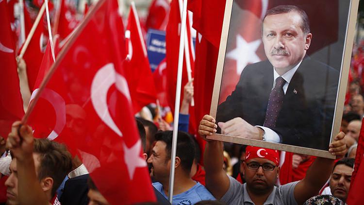 Seguidores del presidente turco, Recep Tayyip Erdogan, ondean sus banderas durante una manifestación progubernamental en Colonia