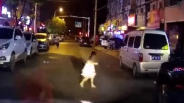 Video impactante: Una niña atropellada por un coche se va ilesa del lugar del accidente