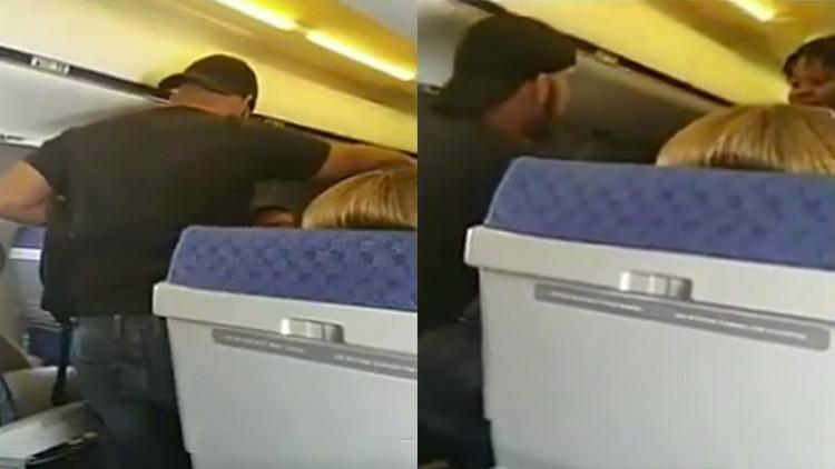 Piloto reduce a un pasajero ebrio que agredió a una asistente de vuelo (Video)