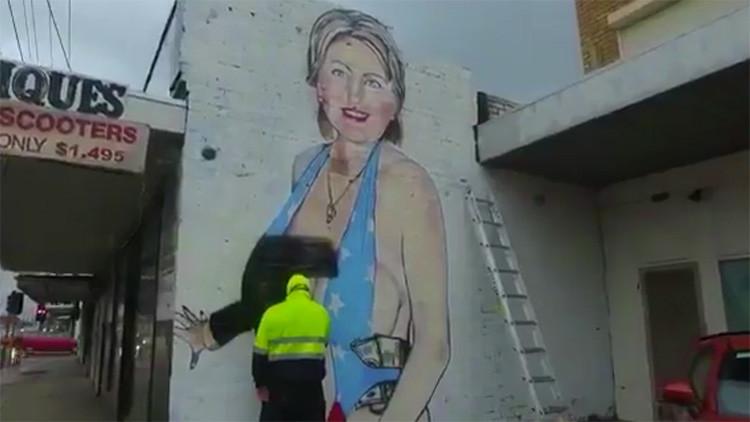 Un artista cubre con un nicab un mural de Clinton en bañador tras ser denunciado (VIDEO, FOTOS)