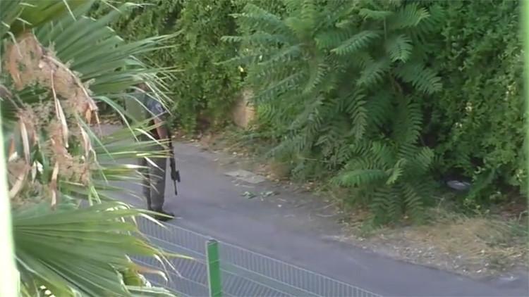 Un policía israelí le quita a una niña palestina su bicicleta y la tira a unos arbustos (video)