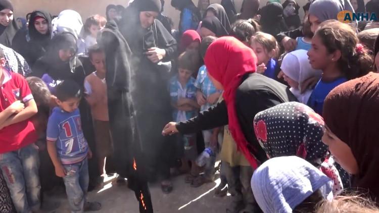Mujeres sirias queman nicabs para celebrar su liberación del yugo del Estado Islámico (video)