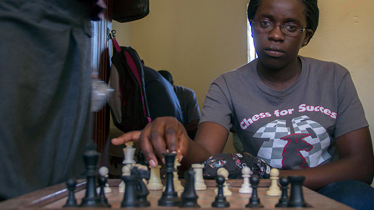 Phiona Mutesi: Buscaba un plato de comida y se convirtió en campeona mundial de ajedrez