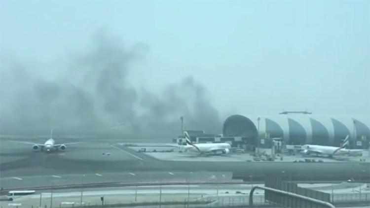 Publican el video del avión de Emirates que está en llamas en el aeropuerto de Dubái