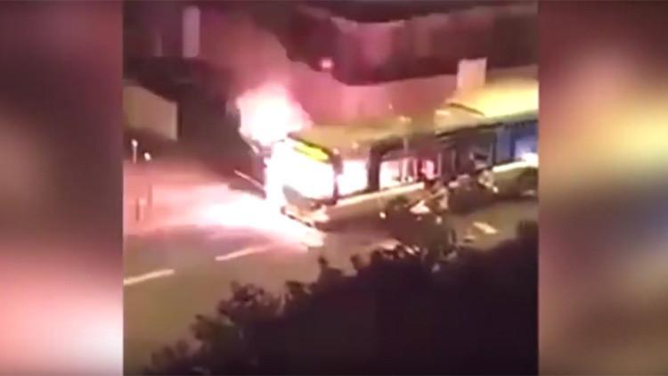 """VIDEO: varios jóvenes incendian un autobús en París al grito de """"Allahu akbar"""""""