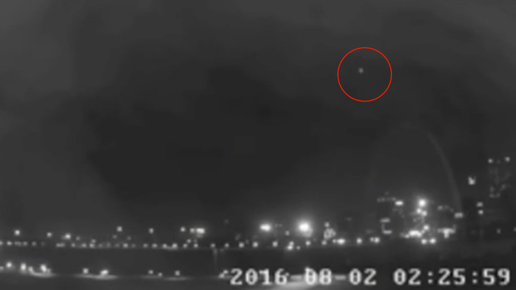 Video: Captan una luz misteriosa en el cielo nocturno de la ciudad estadounidense de San Luis
