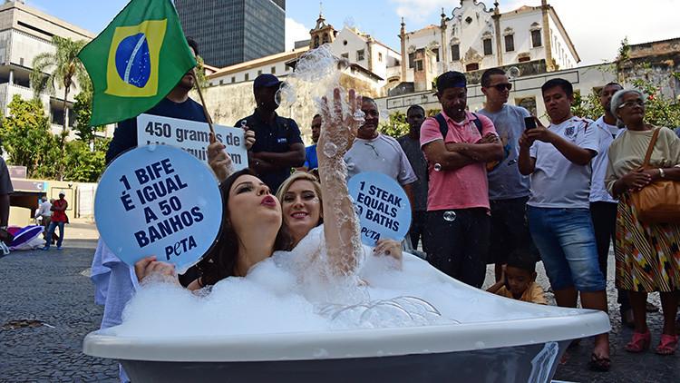 Dos brasileñas se bañan en plena calle para defender a los animales