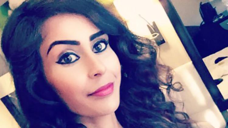 Detienen a una joven por leer un libro de arte sirio en un avión