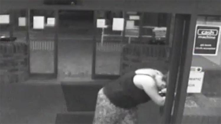 Video: Una mujer da a luz en la entrada del hospital en menos de un minuto mientras su marido aparca