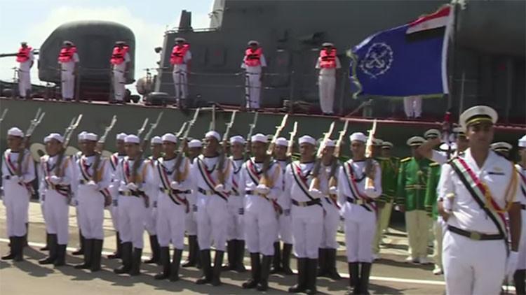 Egipto recibe por lo alto al nuevo miembro de su flota naval obsequiado por Rusia (video)