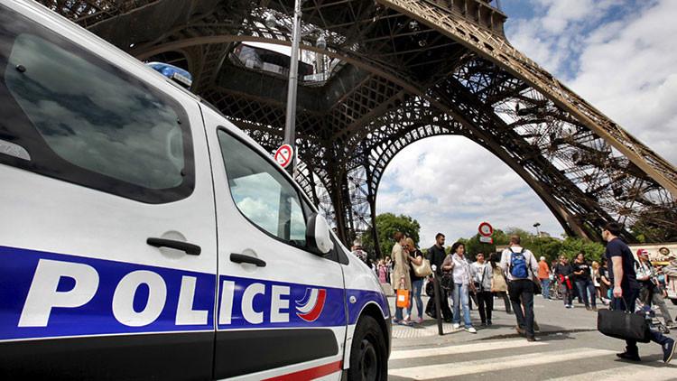 La Torre Eiffel evacuada y acordonada por la Policía