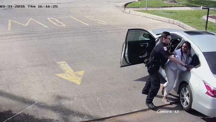 EE.UU.: Una mujer llama al 911 por tener miedo a un agente y es arrestada enseguida (video)