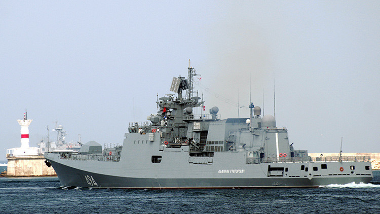 La fragata Admiral Grigoróvich durante un alineamiento en el mar Negro