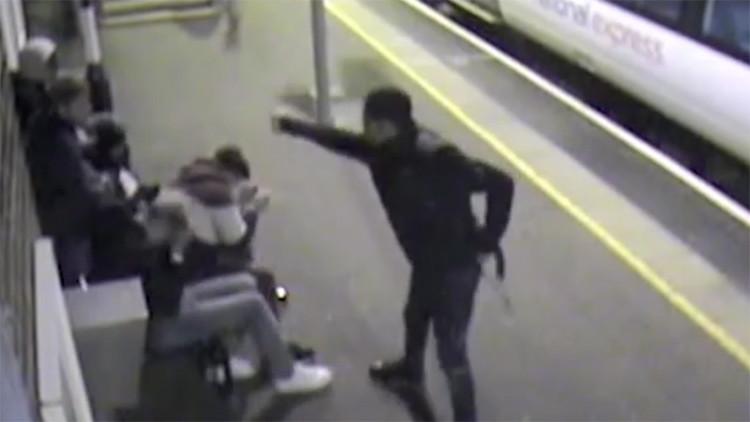 """Un adolescente ataca con ácido a un grupo de jóvenes solo para """"hacer daño a alguien"""" (video)"""