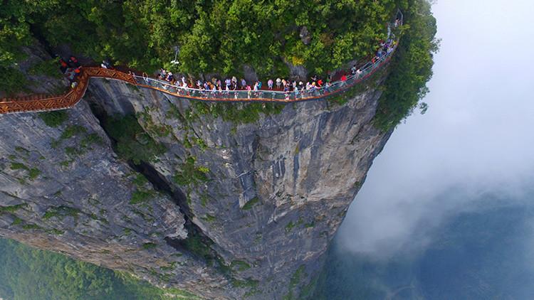 China abre la pasarela de cristal más larga del mundo, a una altura de 300 metros