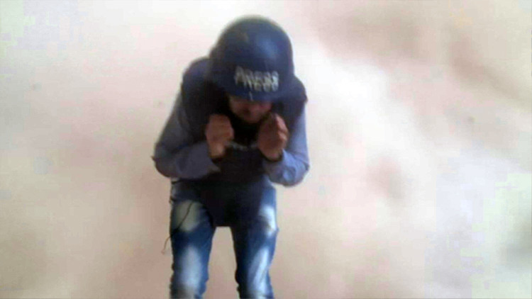 Video: Un tanque explota detrás de un periodista durante un reportaje en Alepo