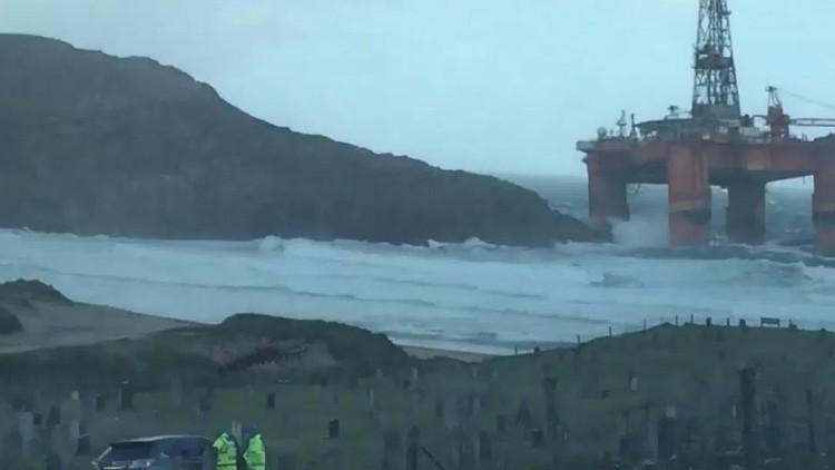 """""""Imagen surrealista"""": Fuerte tormenta arrastra una plataforma petrolífera hasta la costa escocesa"""