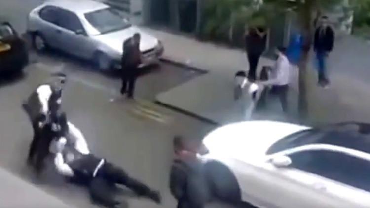 Video: Atacan a dos policías de Londres a plena luz del día