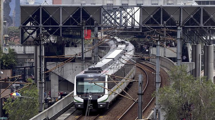 ¿Broma o drama? Un joven pierde una pierna al lanzarse a las vías del metro en Medellín (Video)