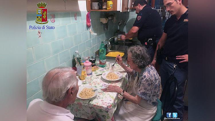 FOTOS: La Policía italiana prepara una cena a una pareja de ancianos que lloraba por su soledad