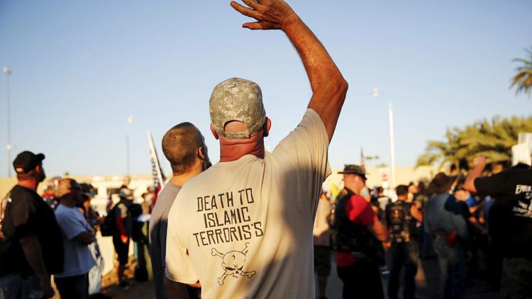 """Una inscripción en la camiseta de un manifestante  """"muerte a los terroristas islámicos"""""""