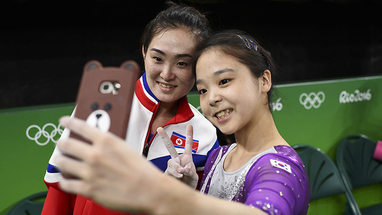 Selfi icónica: Gimnastas de las dos Coreas posan juntas en los Juegos Olímpicos de Río