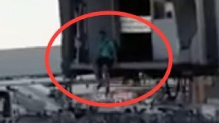 Video: Un pasajero desesperado corre por la pista tras perder su vuelo en Madrid-Barajas