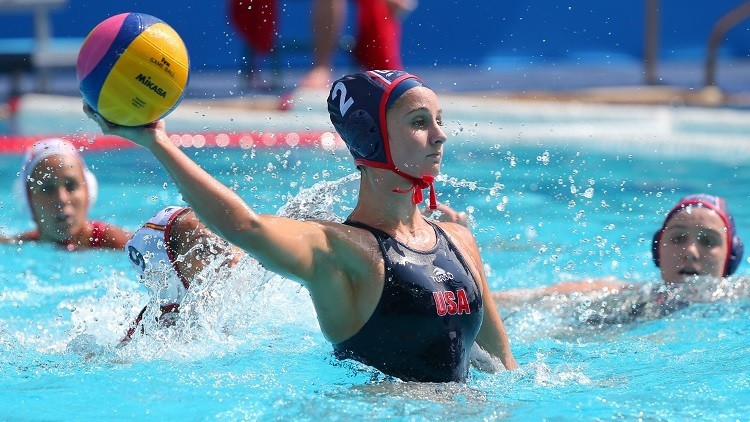 La NBC muestra el pecho descubierto de una  jugadora de waterpolo durante un forcejeo