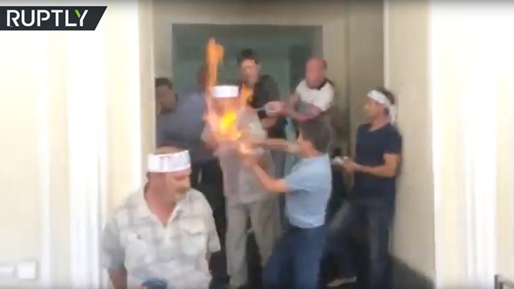 Video: Un minero ucraniano se inmola ante las cámaras de televisión por el impago de salarios