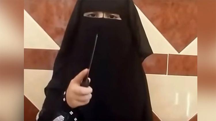 Imágenes perturbadoras: Una niña del Estado Islámico decapita a su muñeca mientras lanza amenazas